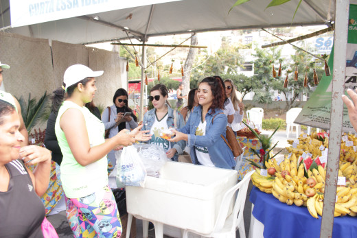 Equipe da Assistência Social disponibilizou uma farta e diversificada mesa de frutas ao público da Corrida
