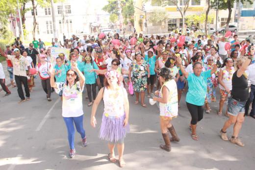 Grupos da melhor idade e foliões festejaram o pré-carnaval promovido na praça central da cidade