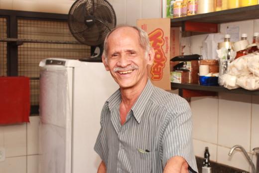 O permissionário Carlos José Maurício dos Santos se diz contente com a limpeza do mercado após anos de espera