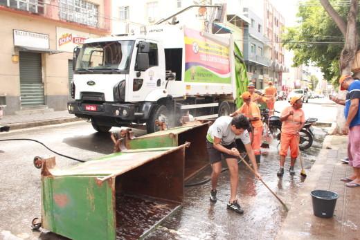 O prefeito Daniel Sucupira com servidores da empresa localix fazendo a limpeza externa do mercado municipal