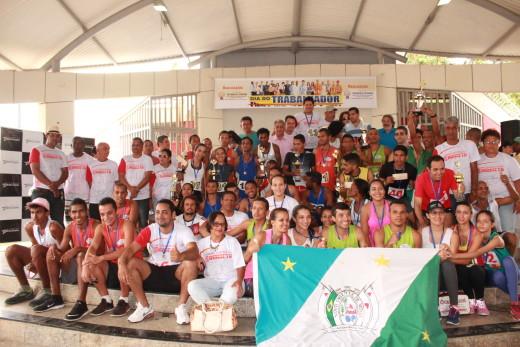 Atletas comemoram premiações da corrida rústica do trabalhador