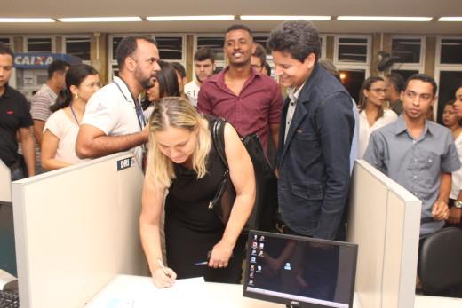 A secretária municipal de administração, Célia Franco, responsável pelo quadro de funcionários, legitima o termo de posse