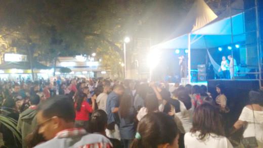 Participantes se reúnem na Praça Tiradentes para momentos de louvor