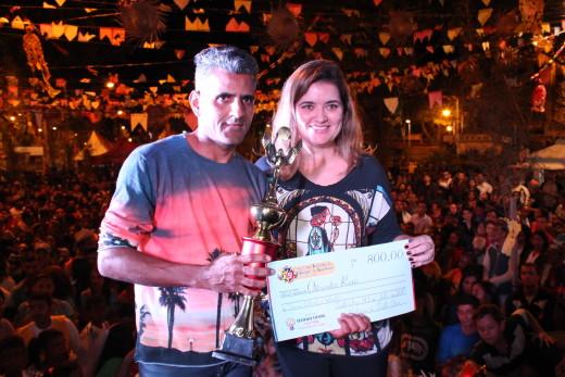 Chefe de Gabinete, Katiane Lemos, entrega prêmio à participante
