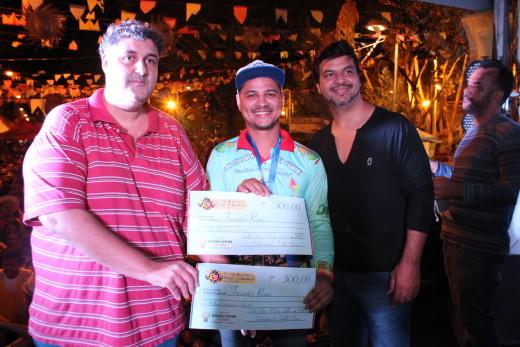 Participante recebe dos promotores do evento cheque simbólico