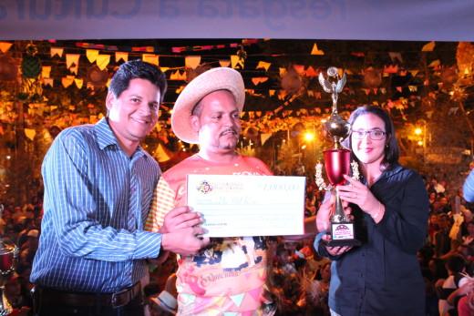 Primeira-dama Graziele Sucupira entrega troféu à marcador de quadrilha