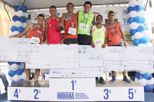 Os servidores da prefeitura, Nilson Moreno e Elione Vieira (à esquerda) estiveram entre os cinco primeiros colocados