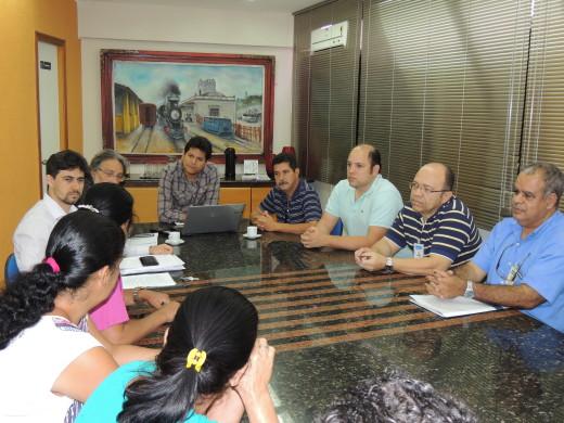 Prefeito Daniel e servidores, vereador Paulo Marreco, funcionários da COPASA e moradores do bairro Palmeiras reunidos para resolução de problema de esgoto