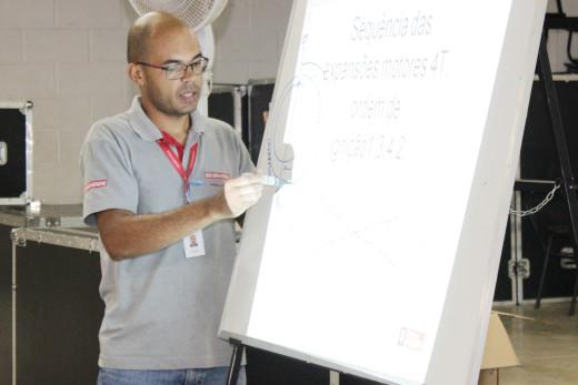 O engenheiro mecânico Moisés Felix veio de Belo horizonte para ministrar o curso de Mecânica de Motos