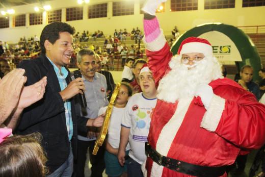 Em ato simbólico, o prefeito entregou a chave da cidade ao Papai Noel