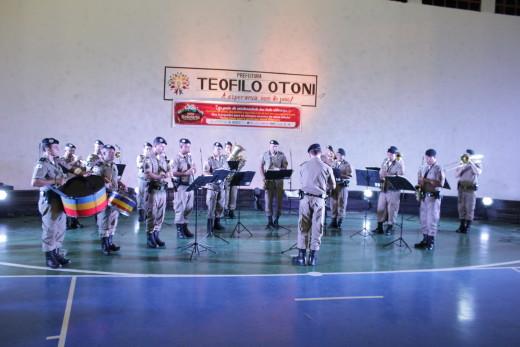 O evento contou com a participação da Banda de Música da Polícia Militar, que abriu a noite com músicas natalinas